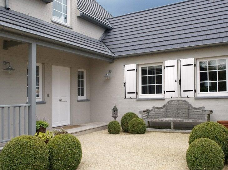 En PVC ou en aluminium, le volet battant ne nécessite aucun entretien. La penture permet de créer le style souhaité pour votre façade.