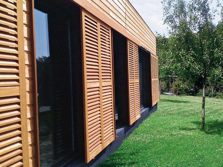 Donnez un style contemporain à votre maison avec les volets coulissants persienne. En bois exotique ou en sapin, ils permettent de jouer avec la lumière. En lames verticales ou horizontales, ils offrent de nombreuses possibilités esthétiques.