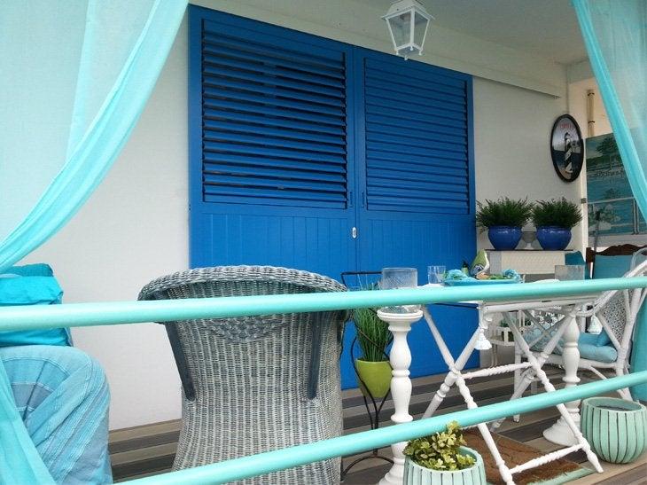 En bois, PVC ou aluminium, les volets coulissants s'adaptent à tous les styles. L'inclinaison des lames permet une ventilation de la pièce tout en préservant l'intimité.