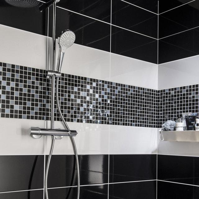 Un carrelage mural noir avec bande mosaïque blanc gris pour la salle ...
