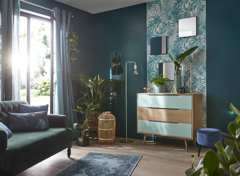 Un salon avec du papier peint feuillage  Leroy Merlin