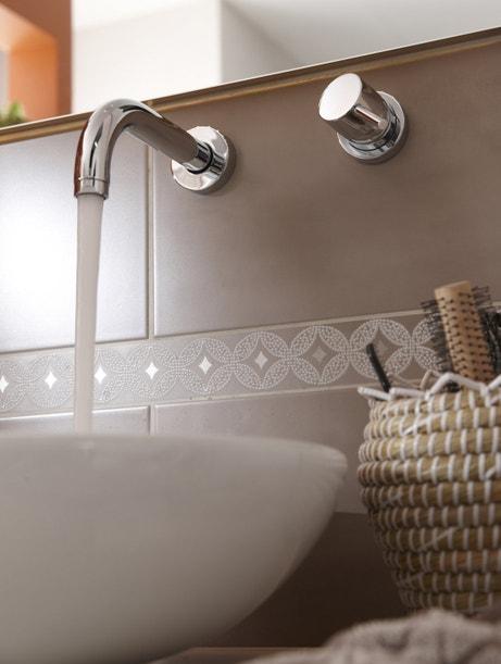 Une ambiance raffinée dans votre salle de bains avec une robinetterie encastrée