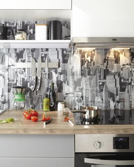 Une crédence iprimée et un plan de travail en bois clair pour une cuisine tendance