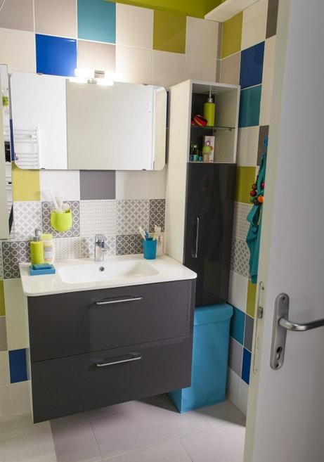 Une salle de bains colorée pour toute la famille