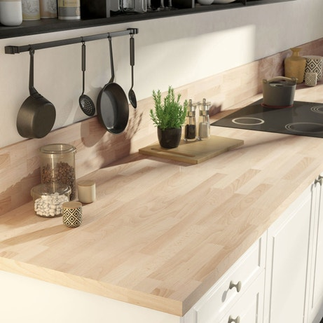 Le plan de travail effet bois renforce l'impression de douceur de cette cuisine blanche