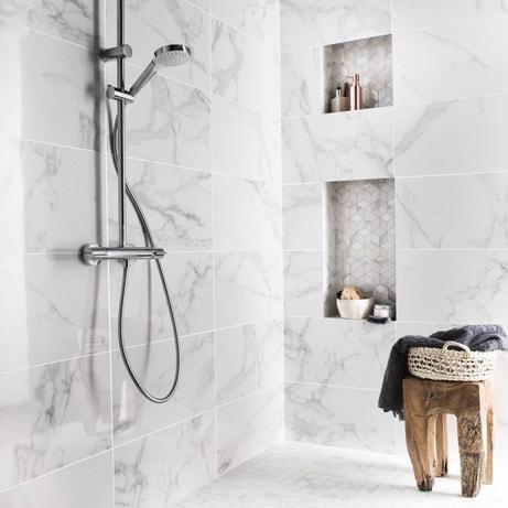 De l'effet marbre pour une salle de bains chic