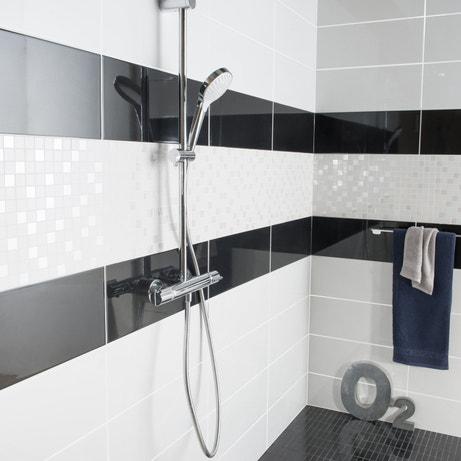 De la faïence noire et blanche pour vos parois de douche