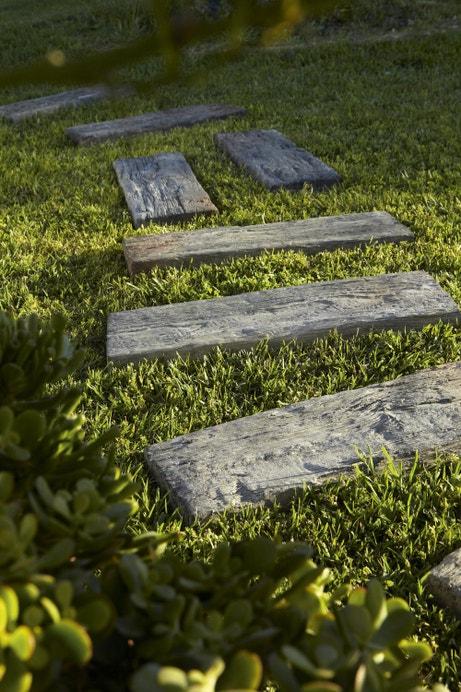 Des dalles de jardin effet bois pour conserver l'esprit nature