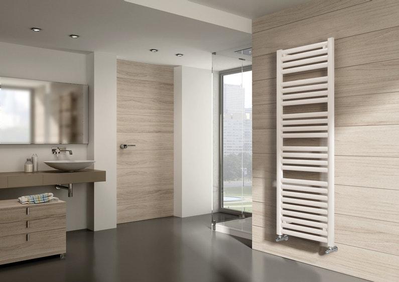 Un sèche-serviettes bien intégré à la salle de bains