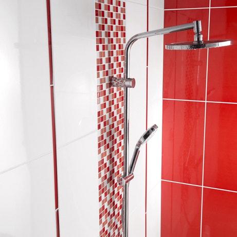 la mosaïque rouge souligne la colonne de douche