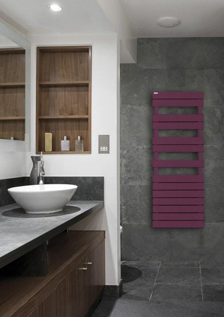 Une salle de bains design aux tons gris, blancs et bois avec un radiateur sèche serviette mauve