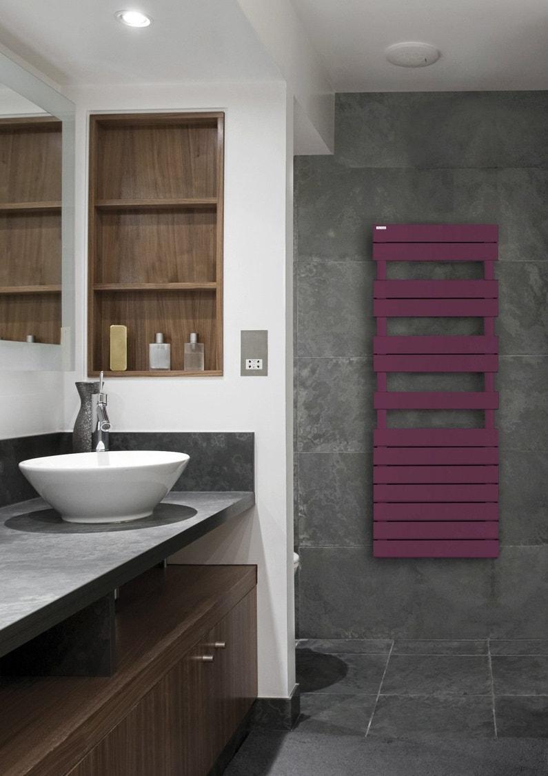 une salle de bains design aux tons gris blancs et bois avec un radiateur s che serviettes mauve. Black Bedroom Furniture Sets. Home Design Ideas