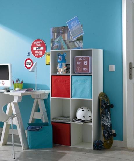 Un meuble de rangement avec des paniers colorés dans le bureau