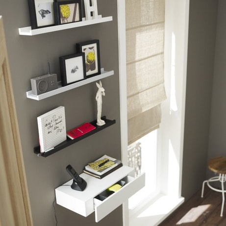 Des étagères pour les cadres photo à installer dans le salon