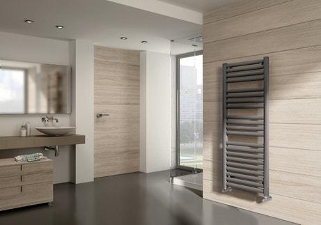 Un radiateur sèche-serviettes gris qui s'intègre au style zen de votre salle de bains