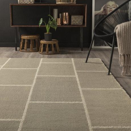 Un tapis gris et blanc