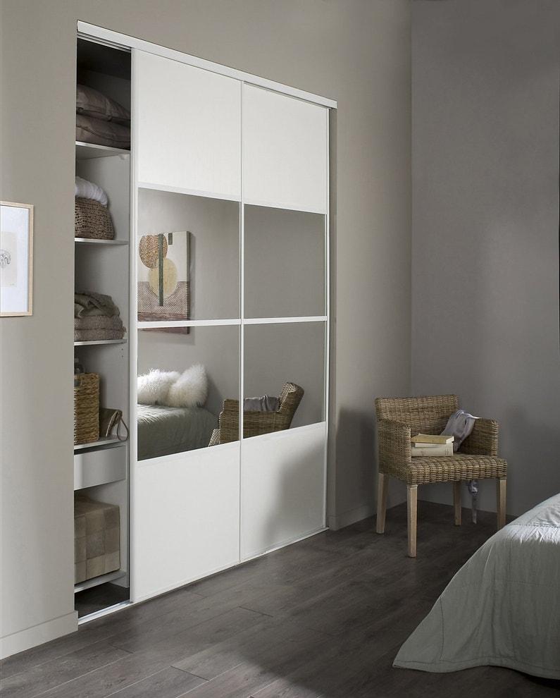 Portes de placard blanc et miroir pour la chambre