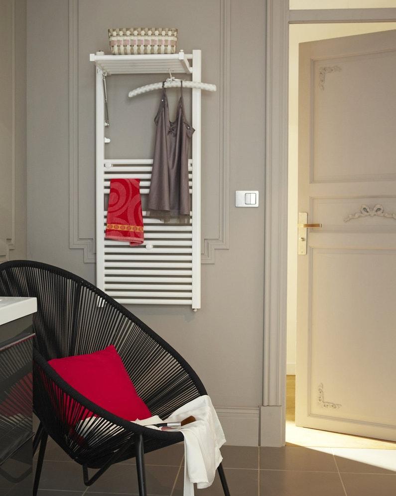 une salle de bains chic et design avec un radiateur s che serviettes blanc leroy merlin. Black Bedroom Furniture Sets. Home Design Ideas