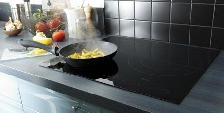 Une cuisine design avec une plaque induction à 3 foyers noir