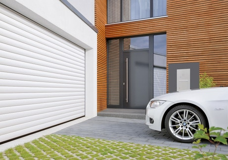 Une porte de garage à enroulement pour une maison contemporaine