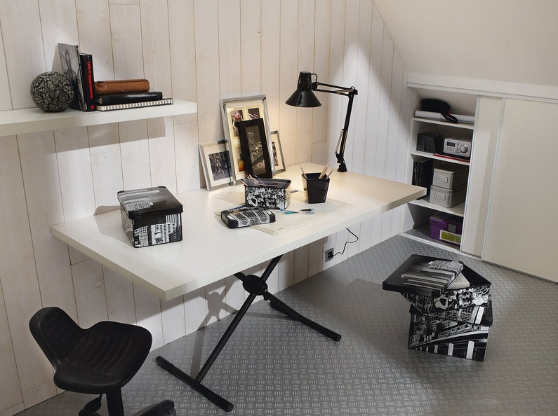 un bureau avec tr teaux sur un sol effet zinc leroy merlin. Black Bedroom Furniture Sets. Home Design Ideas