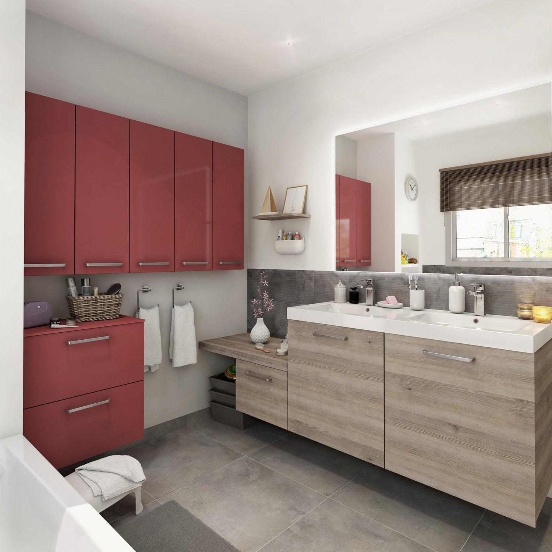 Une salle de bains rouge et bois, pratique et moderne ...