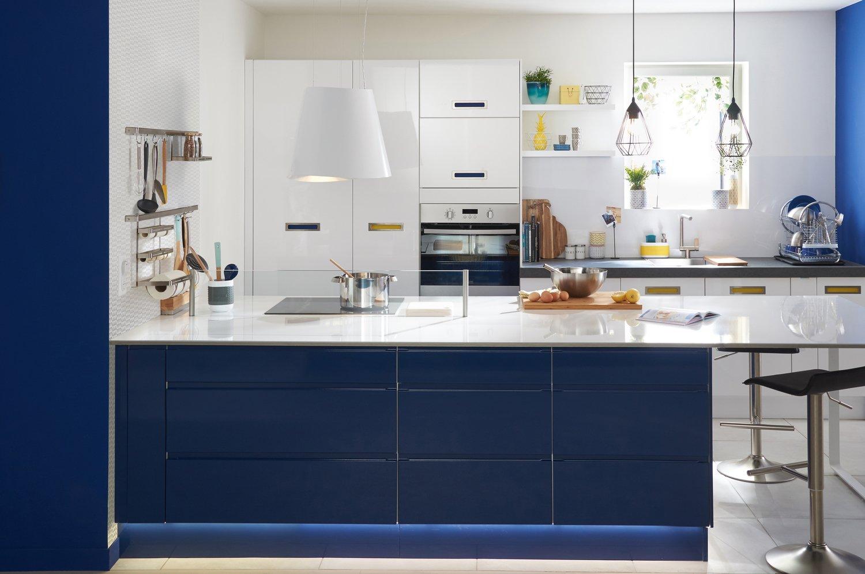 une cuisine dot e d 39 un large plan de travail leroy merlin. Black Bedroom Furniture Sets. Home Design Ideas
