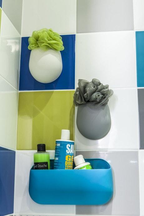 Des rangements pratiques dans la douche