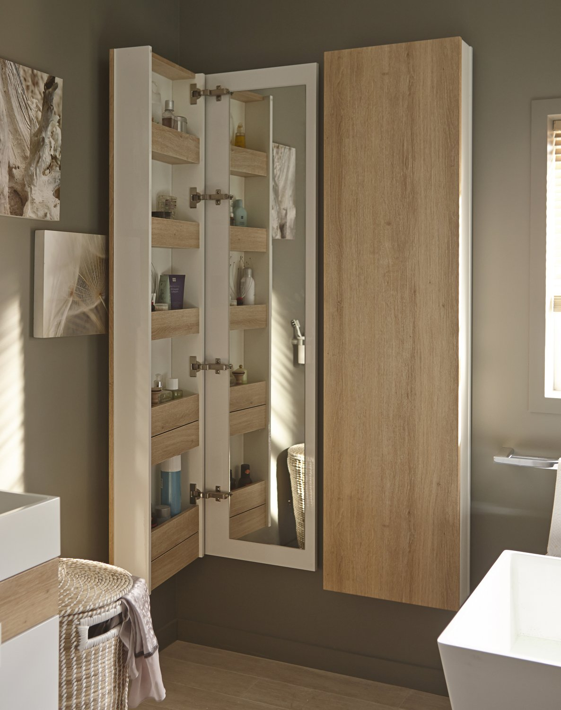 Une colonne de rangement fonctionnelle dans la salle de bains
