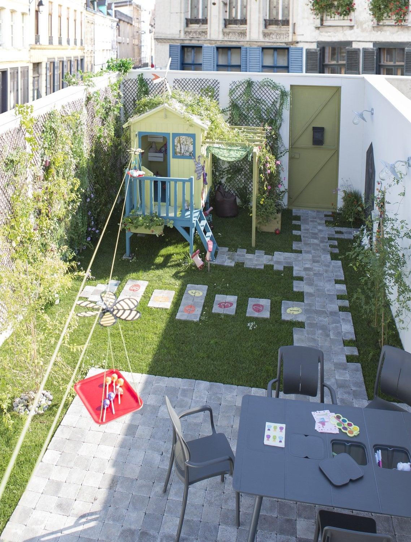 Une cour total look blanc pour une entr e remarqu e for Entree jardin zen