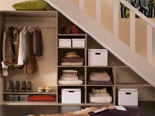 Comment créer un dressing sous un escalier ?