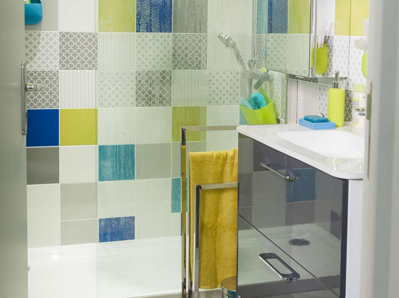 Une salle de bains gain de place dans 3m leroy merlin for Petit baignoires