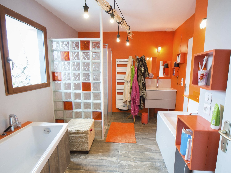 des briques de verre dans votre salle de bains leroy merlin. Black Bedroom Furniture Sets. Home Design Ideas
