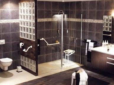 personnes g es reconfigurer la salle de bains leroy merlin. Black Bedroom Furniture Sets. Home Design Ideas