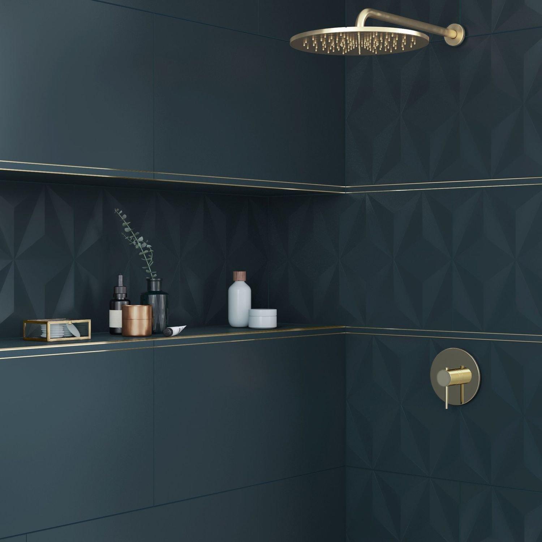 Décorez les murs de la salle de bains avec un carrelage bleu paon ...