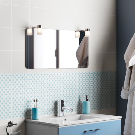 Un bleu azur apporte une touche de douceur à la salle de bains