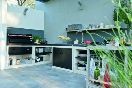 Une cuisine extérieure avec plancha