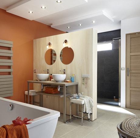 Une salle de bains familiale aux tons orangés