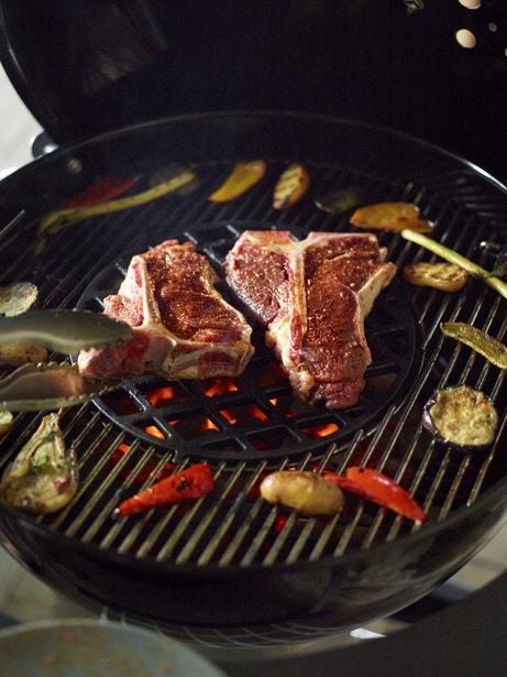 Un barbecue avec une grille spécifique pour cuisiner en sécurité