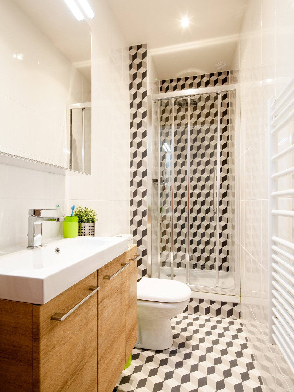 une salle de bains moderne effet carreaux de ciment chez philippe paris leroy merlin. Black Bedroom Furniture Sets. Home Design Ideas