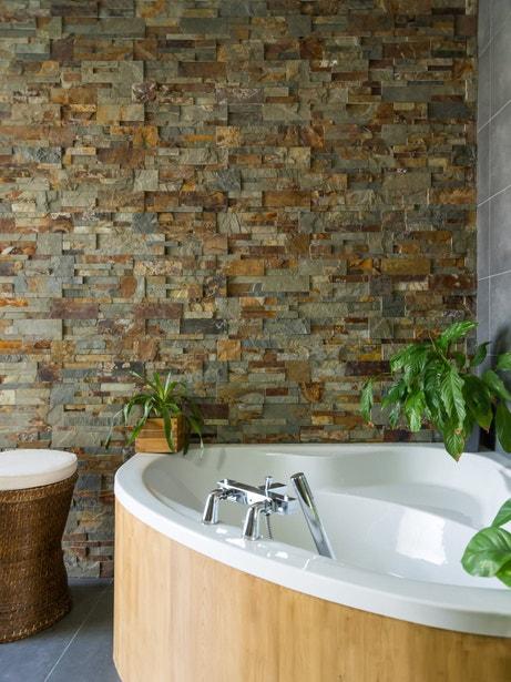 Les plaquettes de parement en pierre apporte un effet zen dans la salle de bains de Christel à Inzinzac Lochrist