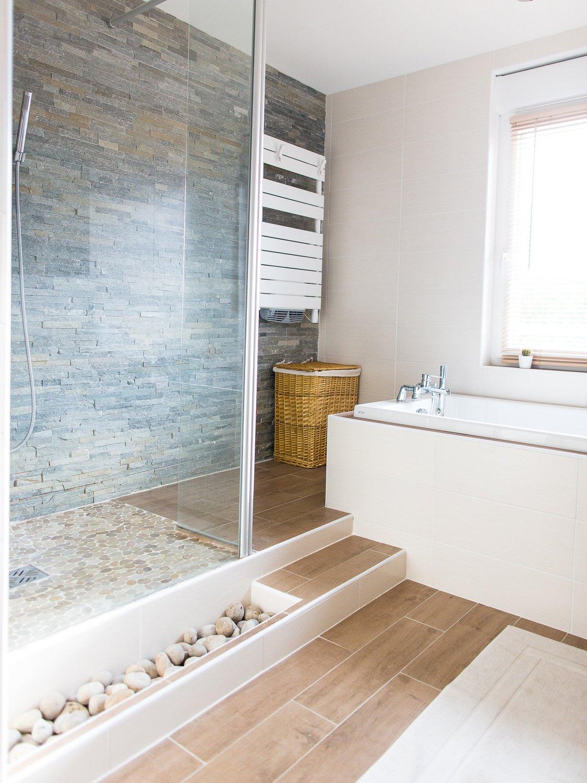 une salle de bains au style naturel et aux tons clairs chez fr d ric fretin leroy merlin. Black Bedroom Furniture Sets. Home Design Ideas