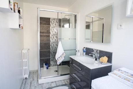 Gris et blanc dans la salle de bains moderne de Daisy à Calais