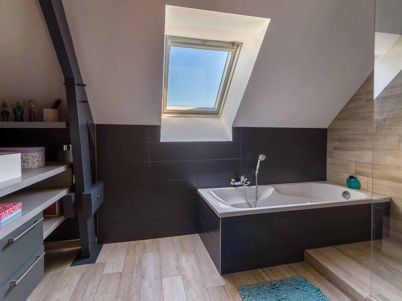 La salle de bains moderne aux tons fonces de cecile a for Salle de bain 7m2 sous pente