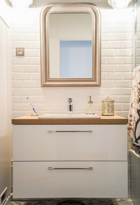 Le carrelage effet métro dans la salle de bains de Jessica à Val de Rueil