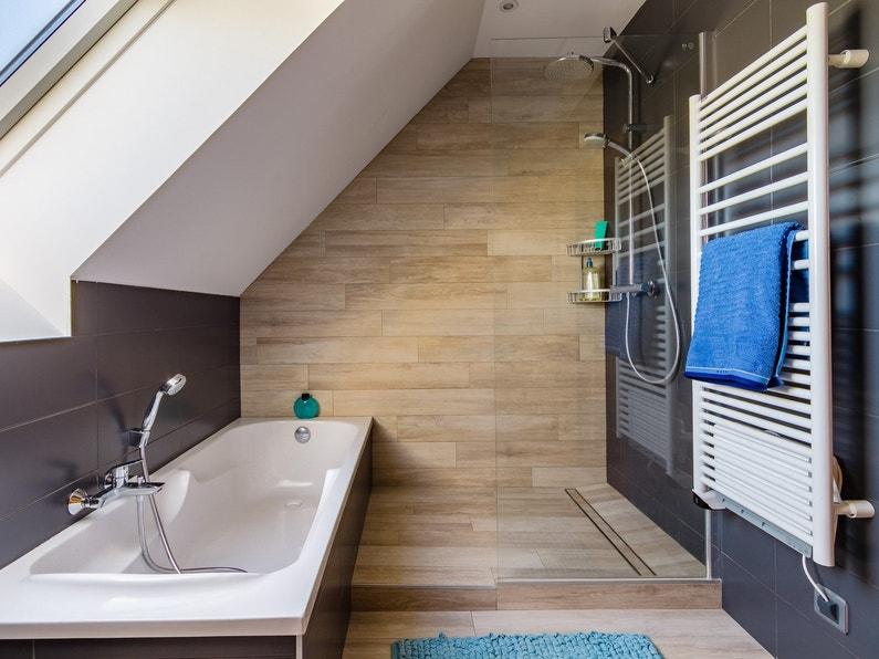 salle de bains gris et bois sous les combles de c cile veretz leroy merlin. Black Bedroom Furniture Sets. Home Design Ideas