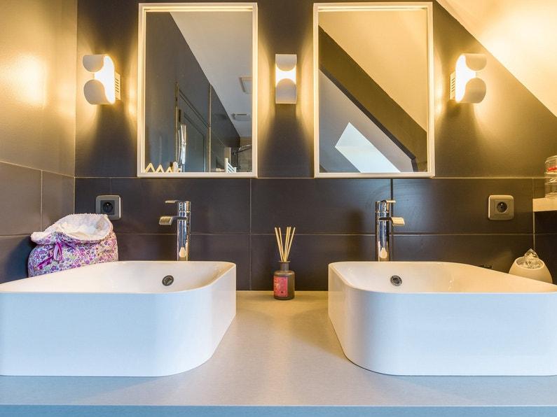 coin coiffeuse avec deux vasques et deux miroirs clair s dans la salle de bains de c cile veretz. Black Bedroom Furniture Sets. Home Design Ideas