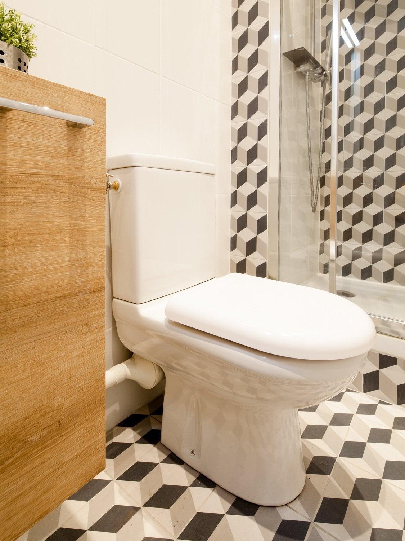 Un WC Stylé Avec Du Carrelage à Motifs Noir Et Blanc