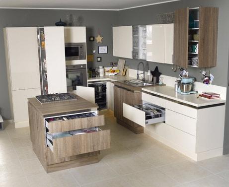 Une combinaison de tiroirs et de placards pour rendre la cuisine très fonctionnelle