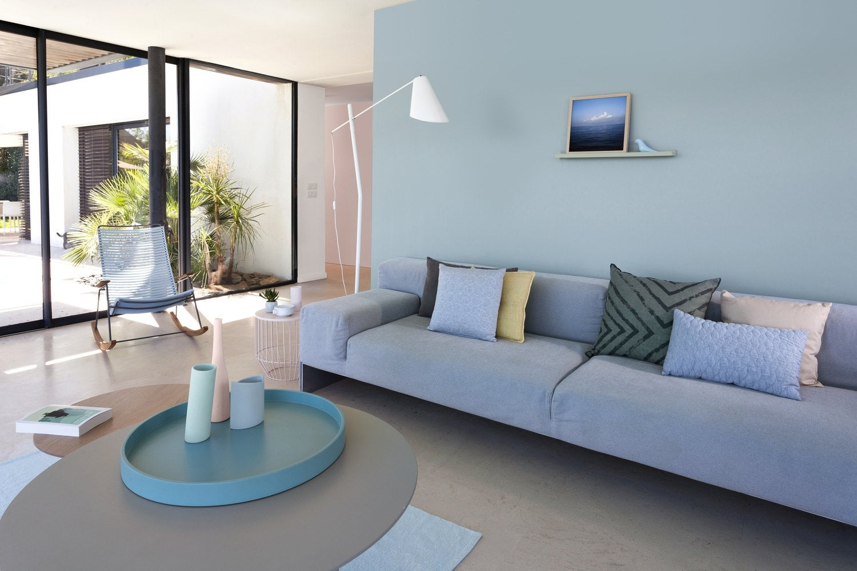Agreable Un Salon Bleu Lumineux